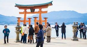 Kinesiska turister tar fotoet av Miyajima Torii Arkivfoton