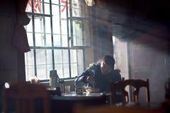 Kinesiskt äta för ung man Royaltyfri Foto