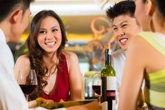 Kinesiskt affärsfolk som äter middag i elegant restaurang Arkivfoton
