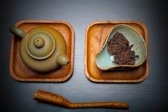Kinesiskt bräde för sked för tekanna för ceremoni för svart te royaltyfri bild