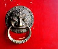 Kinesiskt dörrförmyndarehandtag för skydd Royaltyfri Fotografi