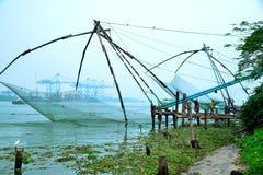 Kinesiskt fisknät på fortet Kochi Arkivfoton