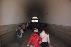 Kinesiskt folk och turister som går till och med den Tiananmen porten in i Forbiddenet City i Peking, Kina Arkivbild