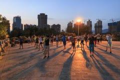 Kinesiskt folk som dansar i Nie Er Music Square Park, en av de störst i Yuxi Arkivbild