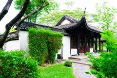 Kinesiskt hus för tappning med trädgården arkivfoto