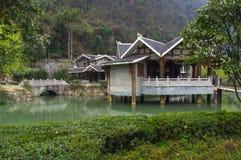 Kinesiskt hus nära sjön under den tidiga våren Arkivfoto