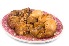 Kinesiskt kokt griskött med champinjoner, havsgurkan och hård kokt äggkokkonst Arkivfoton
