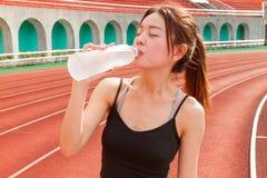 Kinesiskt kvinnadricksvatten, når att ha joggat Royaltyfri Fotografi