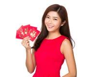 Kinesiskt kvinnainnehav med det röda facket Arkivfoto