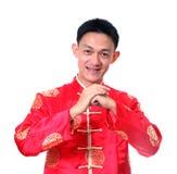 kinesiskt lyckligt nytt år Ung asiatisk man med gest av congratul Royaltyfri Fotografi