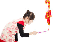 kinesiskt lyckligt nytt år Ungar som spelar med firecrackeren Fotografering för Bildbyråer