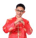 kinesiskt lyckligt nytt år Ung asiatisk man med gest av congratul Arkivfoto