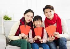 kinesiskt nytt år asiatisk familj med lyckönskangest arkivbild
