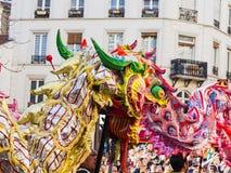 Kinesiskt nytt år Paris 2019 Frankrike - drakedans royaltyfria foton