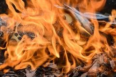 Kinesiskt nytt år som bränner pappers- guld Royaltyfria Bilder