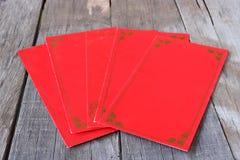 Kinesiskt rött kuvertpaket eller ang-pao på gammal träbrädebakgrund lyckligt kinesiskt begrepp för nytt år fotografering för bildbyråer