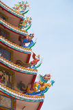 Kinesiskt tak med det kinesiska djuret inklusive drake, svanen och kiri Arkivfoton