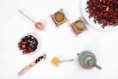 Kinesiskt te med rosa höfter på en vit bakgrund Fotografering för Bildbyråer