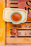 Kinesiskt te på brädet Royaltyfri Bild