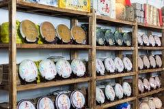 Kinesiskt te på hyllorna Arkivfoton