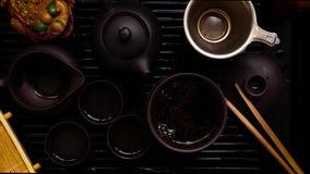 Kinesiskt te som bryggar ceremoni på tetabellen Svart bakgrund med zoomen stock video