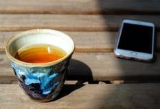 Kinesiskt te tjänade som i traditionellt handcraft japansk keramisk krukmakeri Arkivfoto