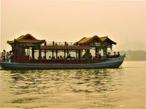 Kinesiskt traditionellt fartyg, luminiscens, försvinnande och sjö royaltyfria bilder