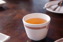 Kinesiskt varmt te på tabellen fotografering för bildbyråer