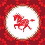 Kinesiskt zodiakteckenår av hästen Röd häst med den vita prydnaden stock illustrationer
