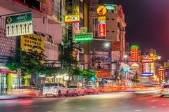 KINESKVARTER BANGKOK, THAILAND - NOVEMBER 14, 2015: Bilar och shoppar på Y Arkivfoto