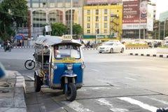 KINESKVARTER BANGKOK, THAILAND - 05/05/18: Tuk tuktaxi som in parkeras Arkivbild