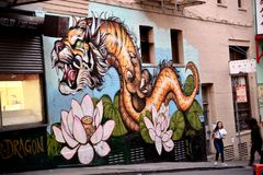 Kineskvarter San Francisco, Kalifornien, USA Tiger Dragon Mural royaltyfri fotografi