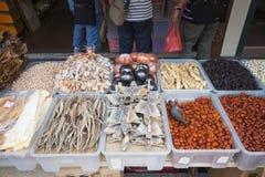 KINESKVARTER SINGAPORE - OKTOBER 12, 2015: torkade frukter och torkat Royaltyfri Foto