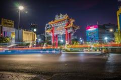 Kineskvarterporten p? den Yaowarat v?gen p? natten royaltyfria foton