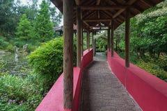 Kinesträdgård som korsas av en dold gångbanaställning med arkivbild