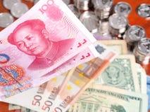 KinesYuan anmärkning framme av euro- och US dollaranmärkningar Arkivbild