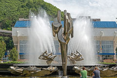 Kinetische die fontein in het centrale vierkant van Resita, Romani wordt gevestigd stock foto's