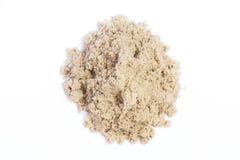 Kinetisk sand i en högnärbild för barnkreativitet och inomhus eller den utomhus- leken som isoleras på vit bakgrund Royaltyfri Foto
