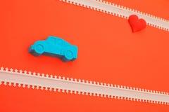 Kinetisk sandbil och röd hjärta på rosa bakgrund arkivbilder