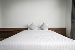 King size bed in bedroom Stock Photography