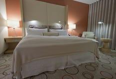 King-size Bett mit Nachttisch und Lampen Lizenzfreies Stockfoto