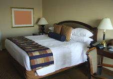 King-size Bett mit Nachttischen Stockbild