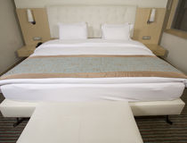King sized bed in a luxury hotel Royalty Free Stock Photography