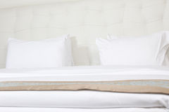 King sized bed in a luxury hotel Royalty Free Stock Photos