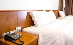 King sized bed in a luxury hotel room Royalty Free Stock Photos