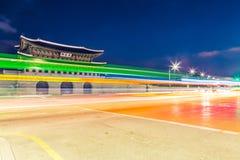 King& x27 de Gyeongbokgung; entrada principal en la noche - Seul, República de Corea del palacio de s Imagen de archivo