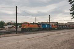 Kingman, Аризона, США - 18-ое июня 2014: Moving поезд на железной дороге в маленьком городе Kingman Стоковые Изображения