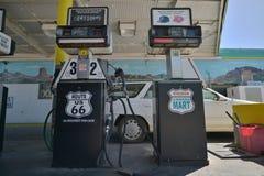 Kingman Arizona, USA, April 20, 2017: Gammal bensinstation med den Route 66 fläcken på den Arkivbilder