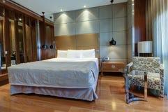 Kingsize bed met bedlijst en lampen Royalty-vrije Stock Foto