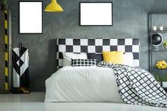 Kingsize bed met geruite bedhead Stock Afbeelding